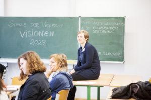 Klassenraum mit Leitung auf Tisch